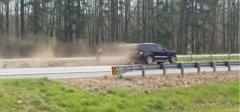 意外?一辆汽车在特朗普车队附近发生