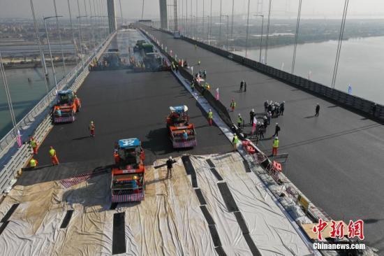 1月30日,粤港澳大湾区又一重要过江通道虎门二桥项目的两座主桥钢桥面环氧沥青铺装工程完成,预计今年5月1日前通车。中新社发 岳路建 摄