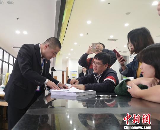 朱贤文正在长沙县政务服务中心了解工厂报建审批程序。 唐小晴 摄
