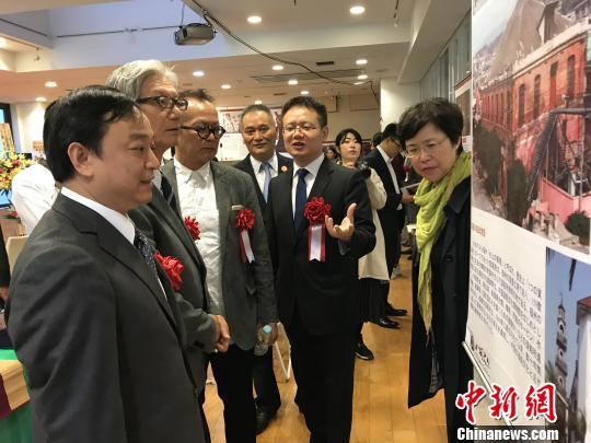 出席仪式的中日各界人士观看福建文化展览。 郑松波 摄