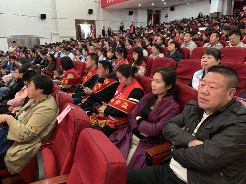 紫色衣服女子为辽宁省第200例、鞍山市第十七例造血干细胞捐献者付丽娜。