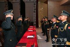 火箭军某部邀请军属参加授衔仪式 共享